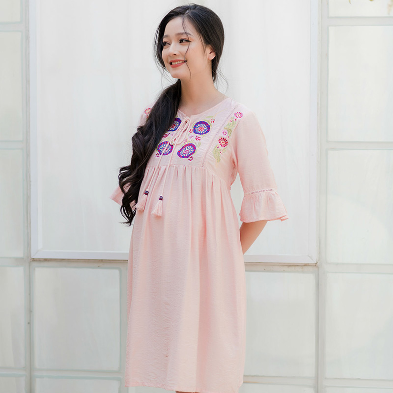 Đầm bầu thêu đô trước tay bèo phối ren hồng ruốc Emum